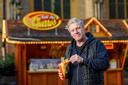 Piet Albers is eigenaar van de churroswagen op het Grote Kerkhof in Deventer.