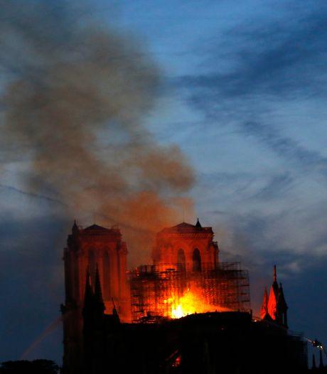 Le feu ravage toujours Notre-Dame de Paris, la flèche s'est effondrée