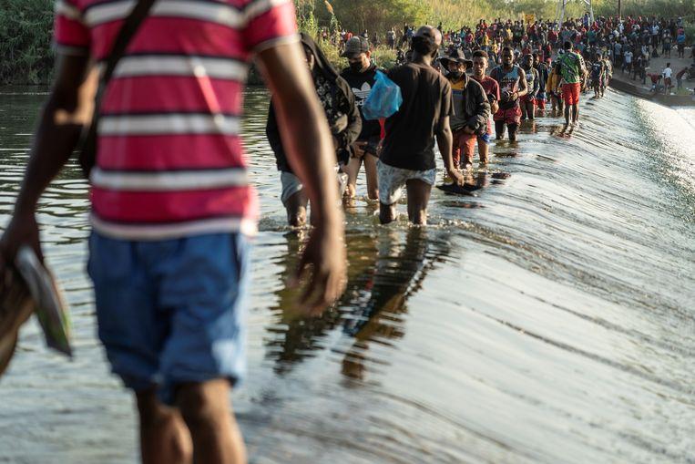Migranten steken de Rio Grande over op weg naar de VS.  Beeld REUTERS