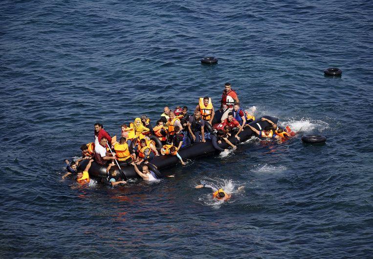 Een boot met vluchtelingen op de Egeïsche Zee. Beeld reuters