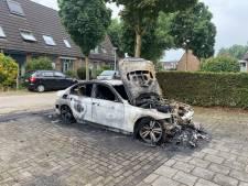 Auto uitgebrand in Wijchen, brandweer 'redt' andere voertuigen