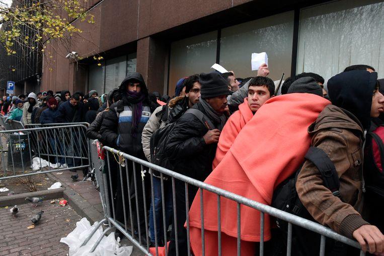 Lange wachtrijen voor het loket van de Dienst Vreemdelingenzaken eerder deze week. Beeld Photo News