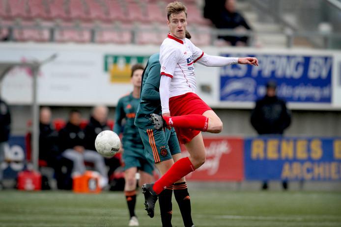 Peter de Lange namens Barendrecht sierlijk in actie tegen Ajax.