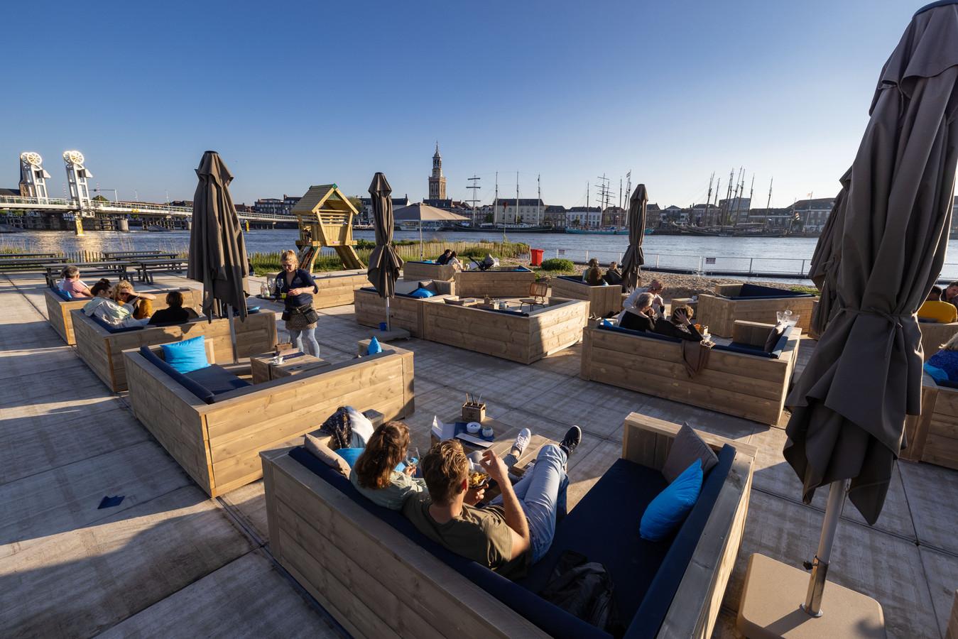 Het nieuwe strandpaviljoen Hanzezicht aan de IJssel in Kampen.