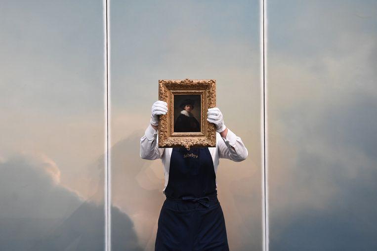 Een zelfportret van Rembrandt wordt geveild bij Sotheby's in Londen.  Beeld EPA