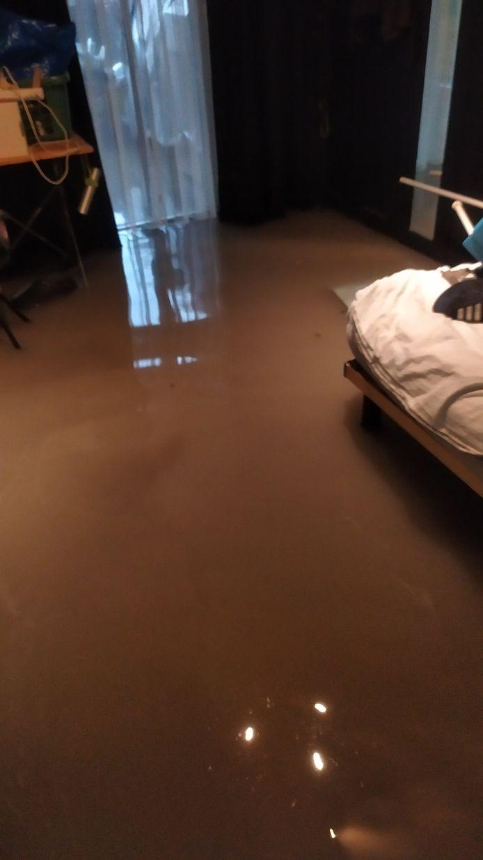 De woning van Gino De Backer in de Parklaan liep onder water na de hevige regenval.