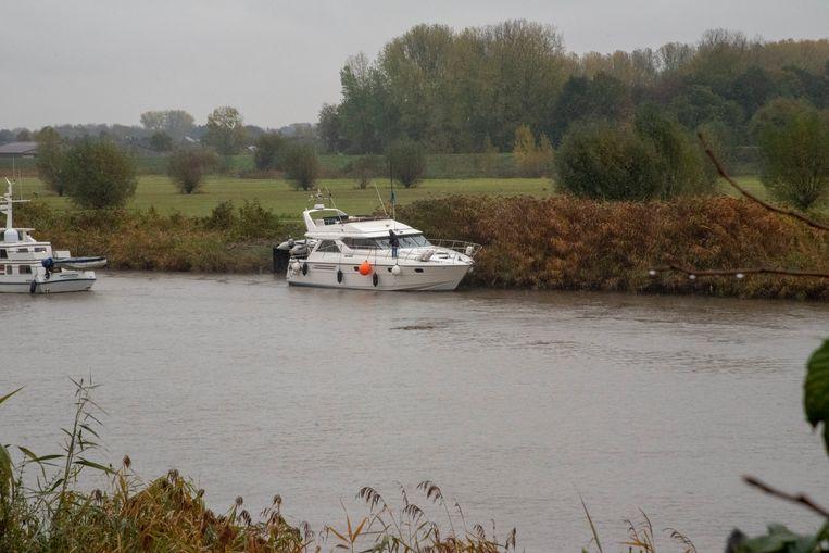 Een vrouw viel van het pleziervaartuig dat vastzat in het slib in de Schelde.