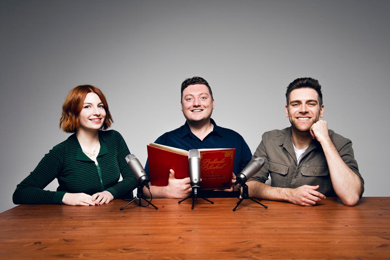 De presentatoren van My Dad Wrote A Porno, van links naar rechts: Alice Levine, Jamie Morton en James Cooper. Beeld
