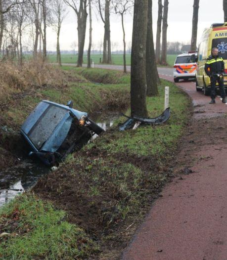 Auto vliegt uit de bocht in Zwolle en eindigt in sloot: bestuurder gewond