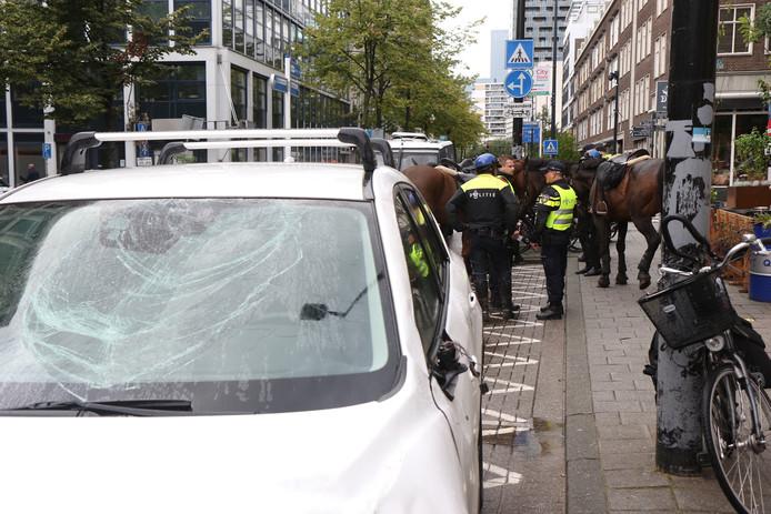De auto is beschadigd, de ruiter en het paard zijn lichtgewond.