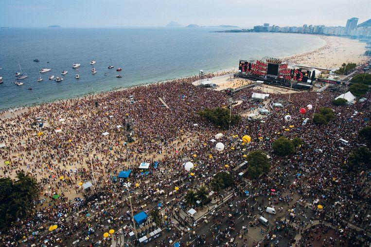 Luchtopname van het concertterrein op de Copacabana in Rio de Janeiro waar  in 2006 een à twee miljoen mensen naar het gratis optreden van de Rolling Stones kwamen kijken. Beeld Nick Nichols / RS Archive