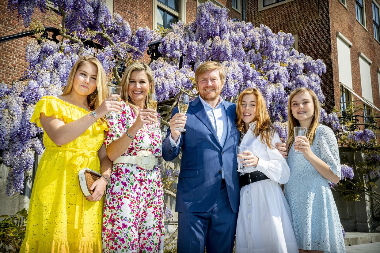 Koning Willem-Alexander, Koningin Maxima en de prinsessen Amalia, Alexia en Ariane  voor Paleis Huis ten Bosch op Koningsdag vorig jaar.