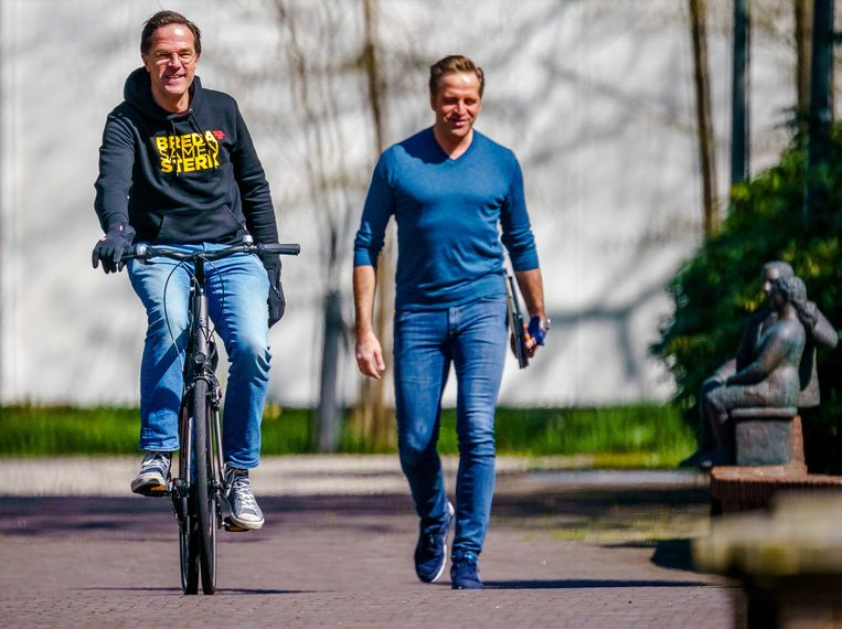 Demissionair premier Rutte (links) en minister De Jonge op weg naar een nieuw Catshuisoverleg. Beeld EPA