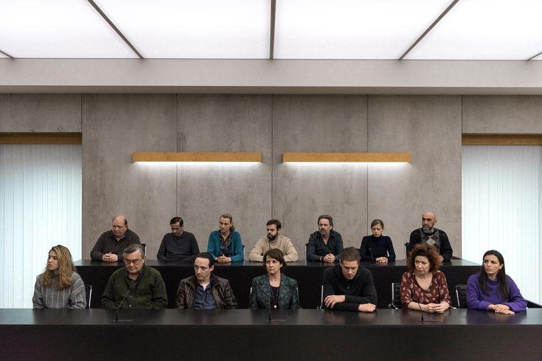 In de nieuwe fictiereeks 'De twaalf' worden twaalf gewone burgers opgeroepen als volksjury van een ophefmakende moordzaak.  Beeld VRT