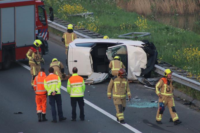 De bestuurder kon uit zijn auto lopen nadat de brandweer het dak had opengeknipt.