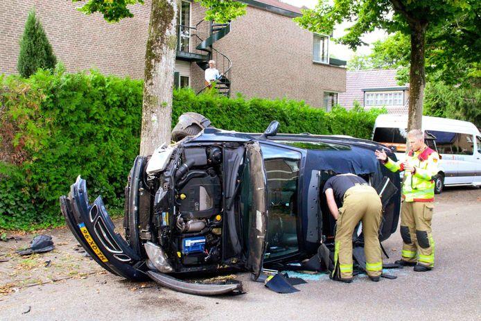 Na het ongeval maakte de brandweer het dak van de betrokken auto open om een passagier te kunnen bevrijden.