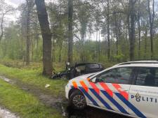 Bestuurder gewond na frontale botsing tegen boom in Winterswijk
