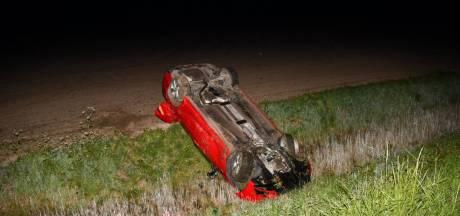Auto op zijn kop, inzittenden ongedeerd