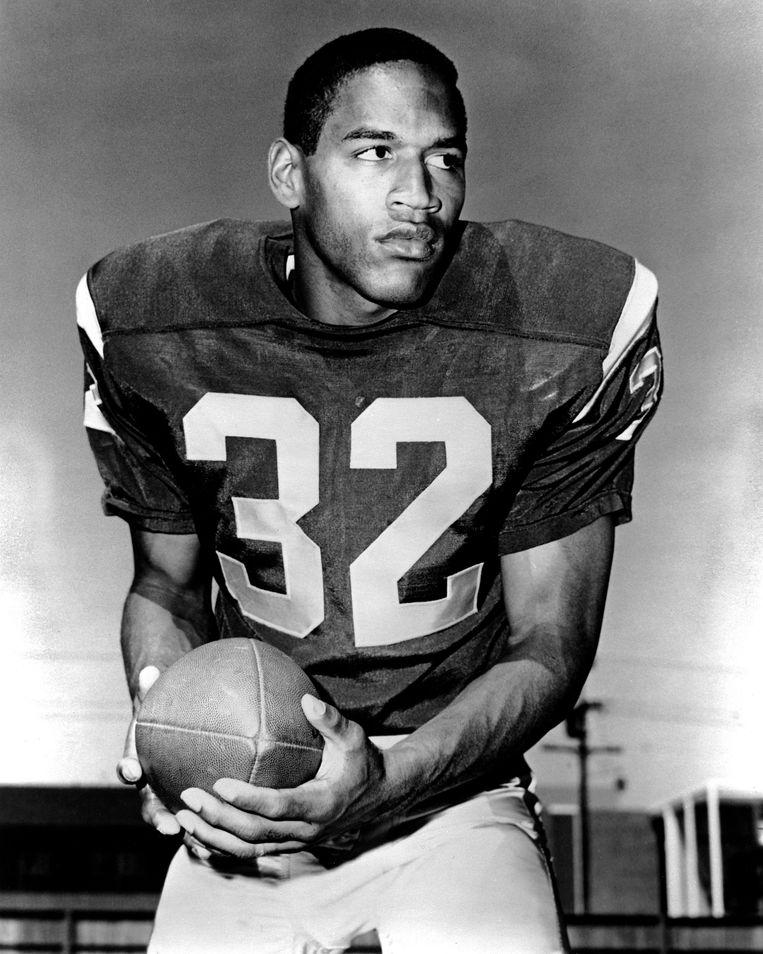 O.J. Simpson, in 1968 verkozen tot beste college football-speler, groeide in de VS uit tot een nationale sportheld.   Beeld BELGAIMAGE