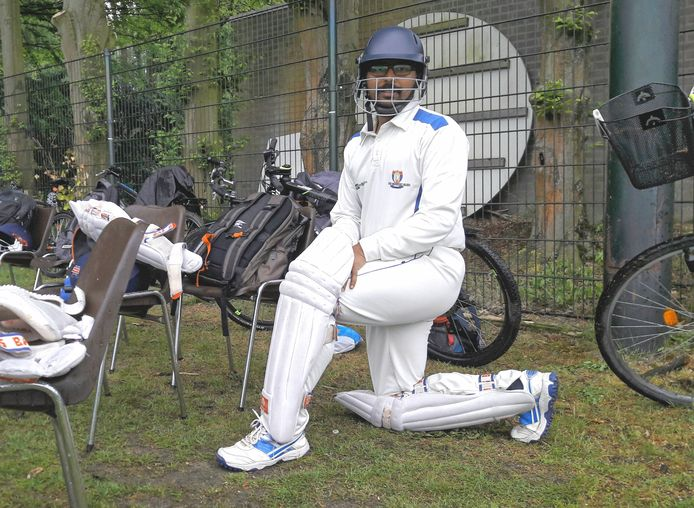 Speler Sankar Anand van de Eindhoven Cricket Club maakt zich klaar voor de wedstrijd. De speler die bij cricket de rol van 'batsman' vervult moet beschermende kleding dragen.