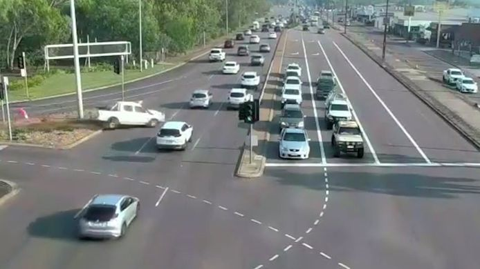 In de Australische stad Darwin had een automobilist vorige week wel heel veel geluk. De bestuurder verloor de macht over het stuur, maar ontweek op wonderbaarlijke wijze de andere auto's.