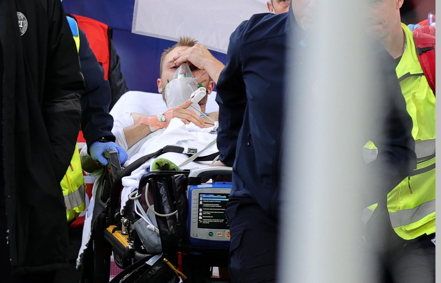 Christian Eriksen wordt naar het ziekenhuis afgevoerd.