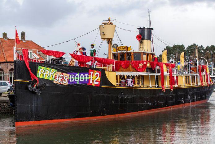 De échte stoomboot van Sinterklaas, bekend van tv: Pakjesboot 12.  Dit jaar komt hij weer naar Willemstad.