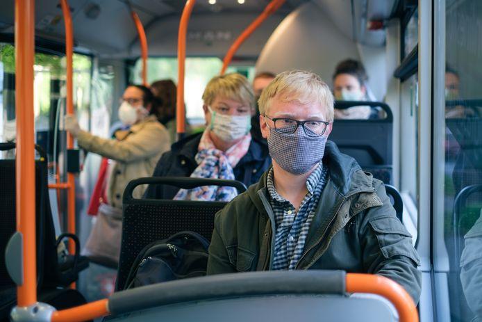 Een bus in Hannover, deelstaat Nedersaksen. Alle passagiers dragen mondkapjes sinds de overheid dit vorige week verplicht stelde.