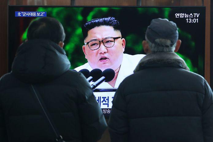 Kijkers volgen een toespraak van Kim Jong-un op televisie op 31 december 2019.