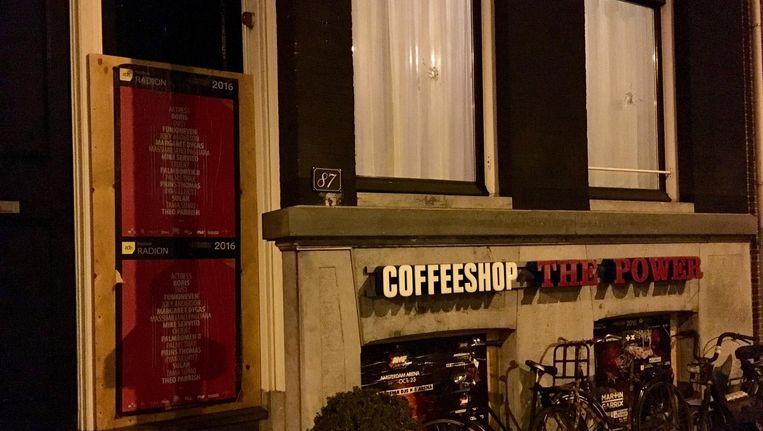 In de woning boven de coffeeshop zitten twee kogelgaten. Beeld Jasper Piersma