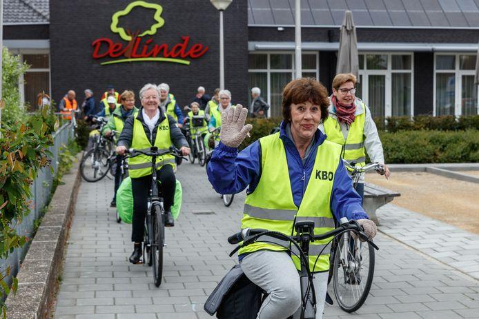 Leden van de KBO Etten startten in 2017 bij De Linde voor een fietstocht naar Overloon.