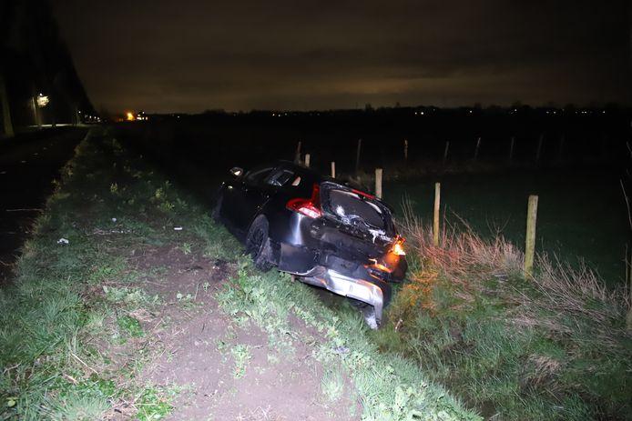 De zwaar beschadigde auto na de botsing met een bestelbus op de Spoorstraat in Echteld.