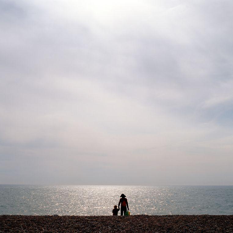Een moeder en een kind op het strand.