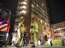 Bordje eten in magnetron en prompt staat halve brandweerkorps voor studentenwooncomplex