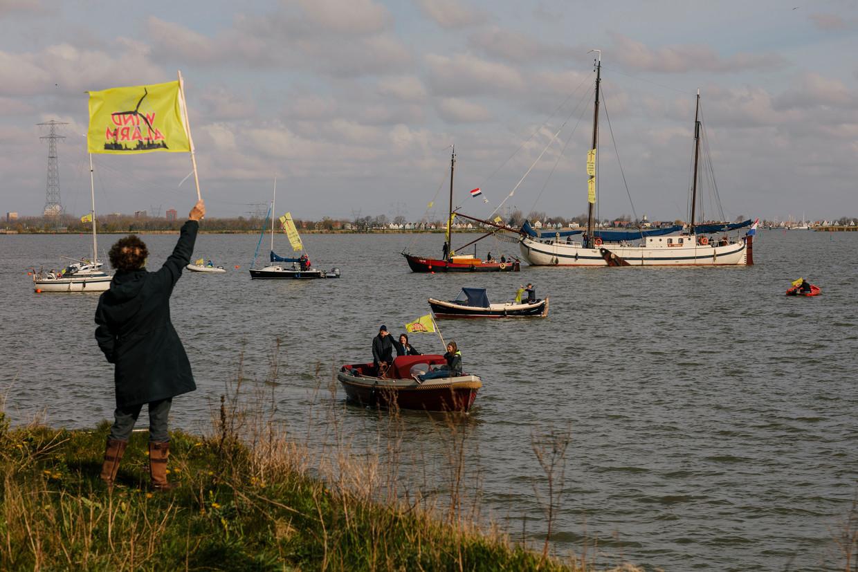 Boten in de IJburgbaai voor een protesttocht tegen de komst van windturbines in het IJmeer. Beeld Marc Driessen