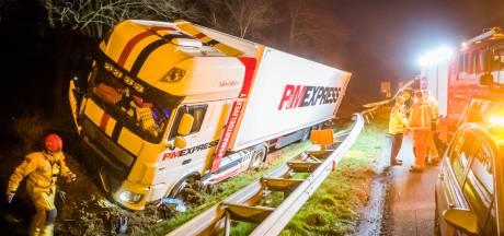 Wachtende bestuurster in auto met pech krijgt schrik van haar leven op vluchtstrook A58 als vrachtwagen op haar inrijdt
