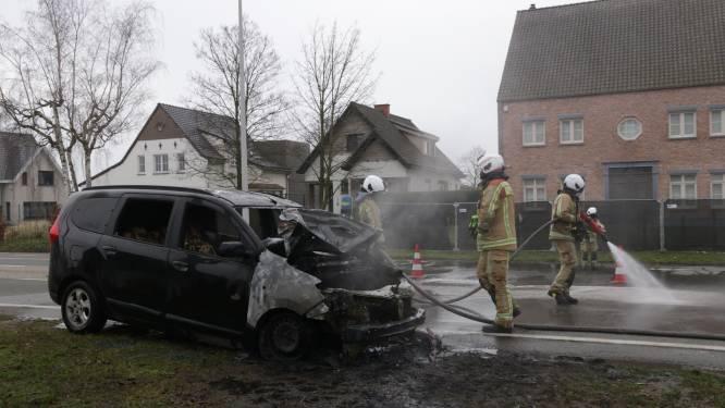 Auto brandt volledig uit op Gentse Steenweg