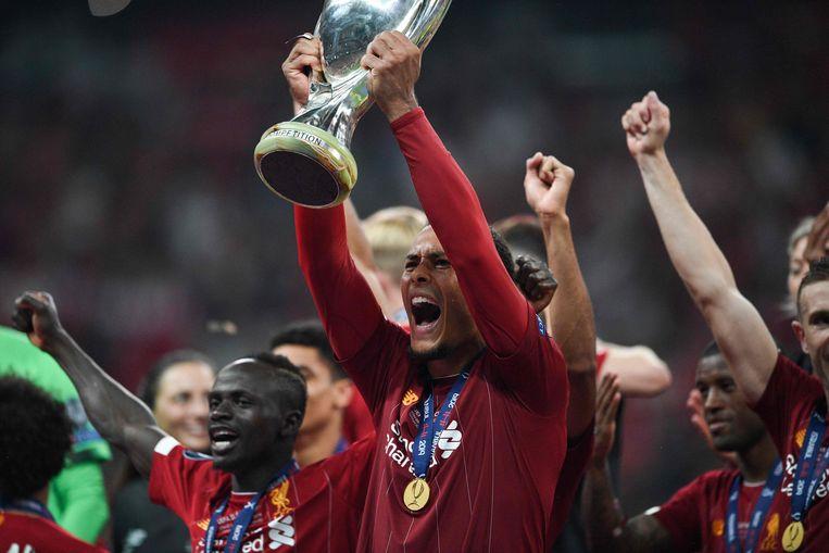 Virgil van Dijk van Liverpool met de Europese Supercup. Beeld AFP