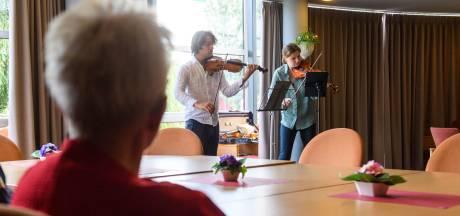 Oudere Berkellanders getrakteerd op vioolconcerten: 'Vooral nu willen we de muziek naar de mensen brengen'