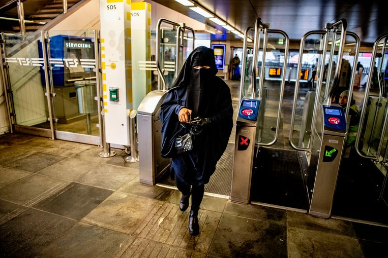 Een vrouw met nikab in het openbaar vervoer. Beeld Hollandse Hoogte / Robin Utrecht