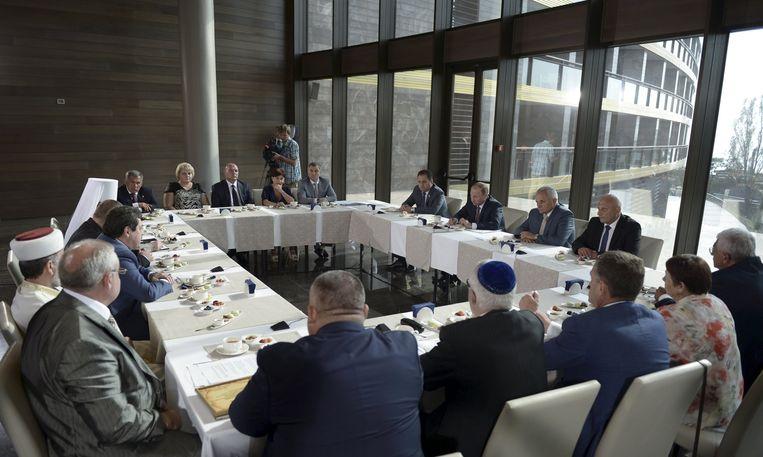 Poetin heeft vandaag ook gesproken met vertegenwoordigers van etnische organisaties op de Krim. Daarbij waren ook Tataren aanwezig. Poetin maakte hen duidelijk dat zij niet hoeven te rekenen op een speciale status binnen de Krim, zoals zij onder Oekraïne wel genoten. Beeld reuters