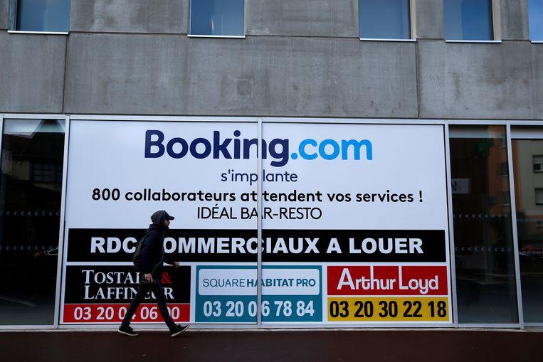 Reclame voor Booking.com in de Franse gemeente Tourcoing. Booking wil zijn bestuurders forse bonussen betalen, ondanks een teruglopende omzet en een sterk gedaalde winst. Beeld REUTERS