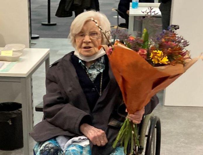 Zuster Marcelliana uit Schijndel kreeg een bloemetje van de burgemeester nadat zij gevaccineerd werd in Veghel.