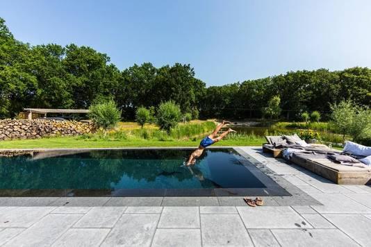 De villa beschikt ook over een zwembad.