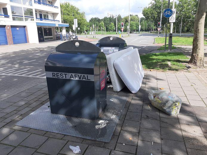 Rommel op straat waardoor de wijk verloedert, is een van de grote ergernissen van Arnhemmers,als het gaat om de vraag wat hun  woonplezier in de weg zit.