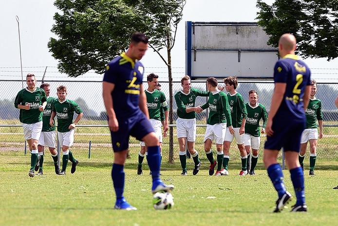 De spelers van Zaamslag weten dat de buit binnen is, na de 0-4 van de stralende Wout Hamelink.