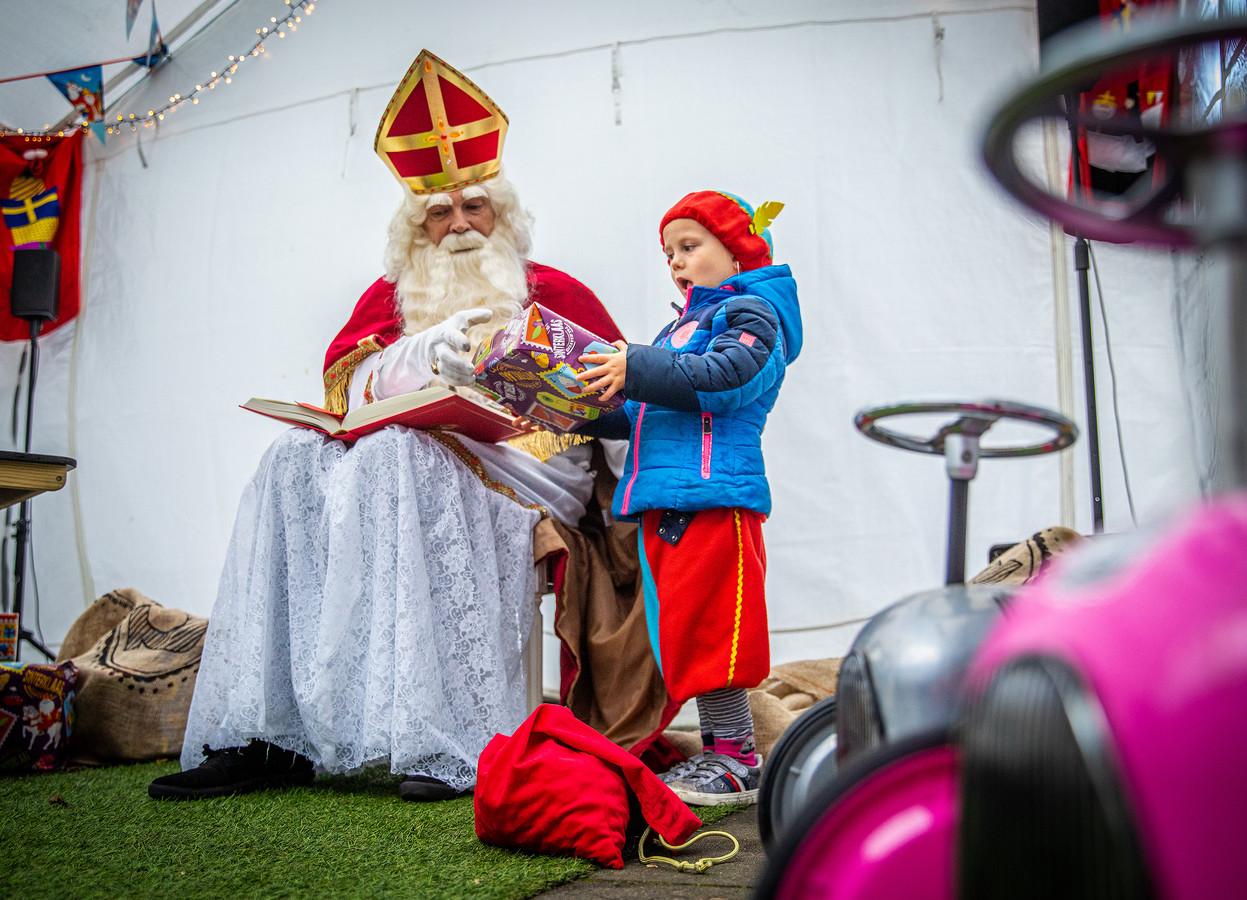Sint op bezoek bij kinderdagverblijf De Blije Handjes in Zuid-Beijerland.
