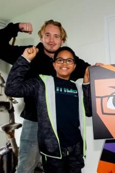 Amadi (10) uit Apeldoorn kreeg botkanker, maar zit nu mét prothese als superheld bij een Happy Meal