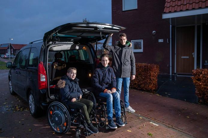 Vince, Thom en Beau Scheenstra voor hun huidige rolstoelwagen.