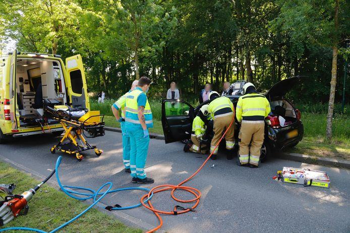 De brandweer is in Boxmeer bezig de bestuurster uit haar auto te bevrijden.
